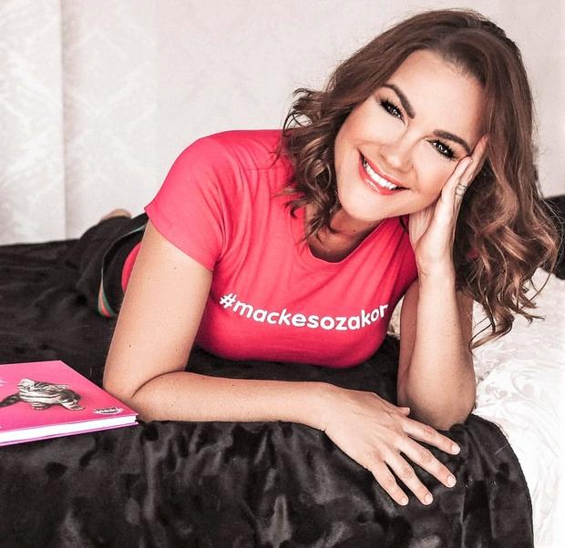 Misica, pevka, vplivnica, blogerka, mamica, borka - vse to je Rebeka Dremelj! Zdi se, da je kos vsemu in to …