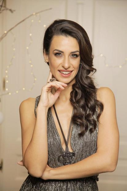 Prelepa igralka Lara Komar, ki jo sedaj zagotovo gledaš kot žirantko v priljubljenem glasbenem šovu Znan obraz ima svoj glas, …