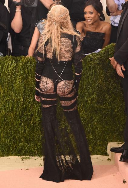 👉VAU! Se strinjaš, da si je Madonna z vsadki v zadnjico pokvarila svojo popolno postavo? Mi smo v to 100% …