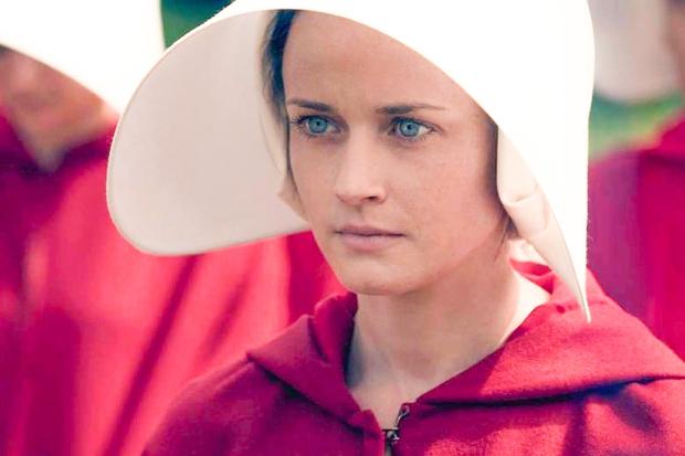 👉V izjemno uspešni seriji 'Deklina zgodba' se je namreč končno dokazala kot prava igralka. Za svojo vlogo uporniške Ofglen je …