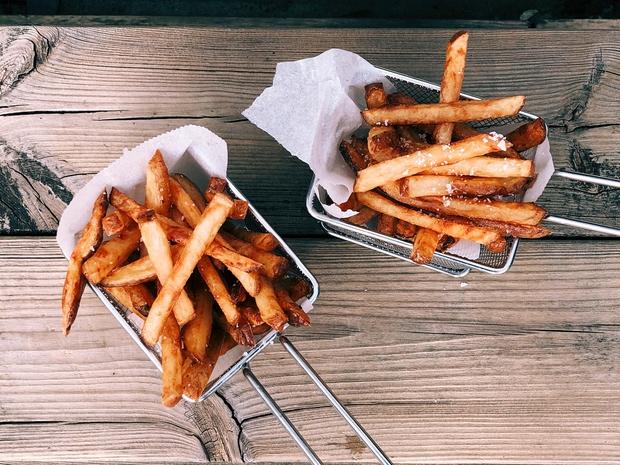 OCVRT KROMPIRČEK Verjetno z ocvrtim krompirčkom potešiš lakoto in željo po slanem, vendar ocvrta in zelo slana hrana ni dobra …
