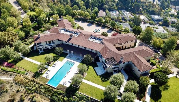 Vila, ki se nahaja na posestvu Beverly Ridge Estate, sicer pripada znanemu igralcu, režiserju, producentu in scenaristu Tylerju Perryju. Vredna …
