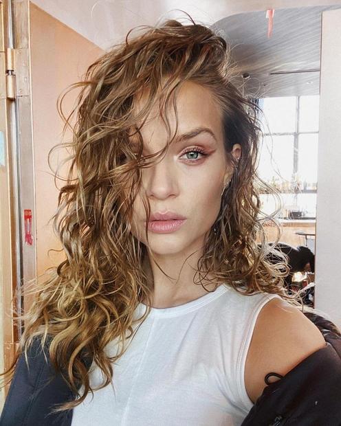 Če želiš tudi svojim lasem pričarati pridih poletja, si moraš omisliti pričesko, na katero trenutno prisegajo Instagram vplivnice! Ogledaš si …