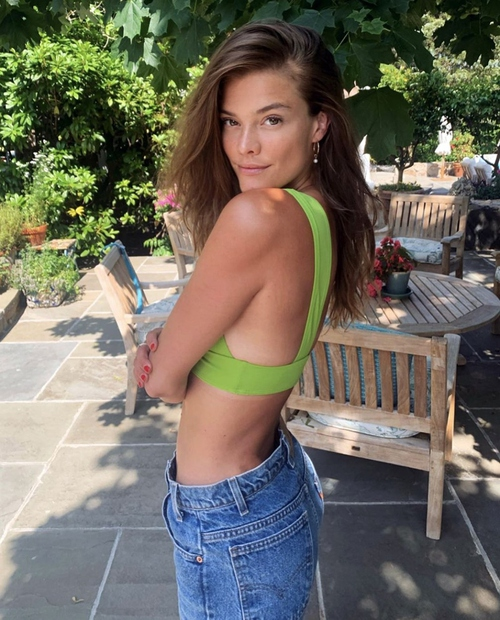 Svetovno znana manekenka Adriana Hughes, ki se lahko pohvali z res zavidljivo postavo, je razkrila svoj recept za popolne noge …