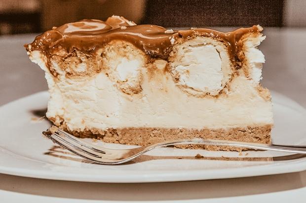 Če si velikaaa oboževalka cheesecake tortic, moraš spoznati tale recept! Gre za izjemno enostavno pripravo slastnega cheesecake z MARS čokoladicami …