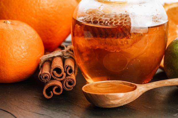 👉Potrebovala boš zgolj tri stvari: 👩🦳Cimet v prahu (3 čajne žličke) 👩🦳Med (2 čajni žlički) 👩🦳Najljubši balzam Mešanico, ki bo …