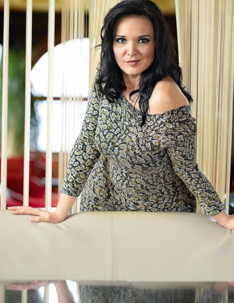 Kaaaaj? Si vedela, da ima Alenka Gotar poleg pevske kariere tudi TO službo? (foto: Primož Predalič)