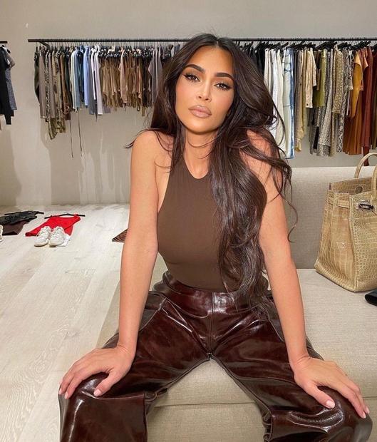 """Kim Kardashian kljub odpovedi družinskega resničnostnega šova """"Keeping up with the Kardashians"""" ne počiva! Zvezdnica, ki je pred časom kar …"""