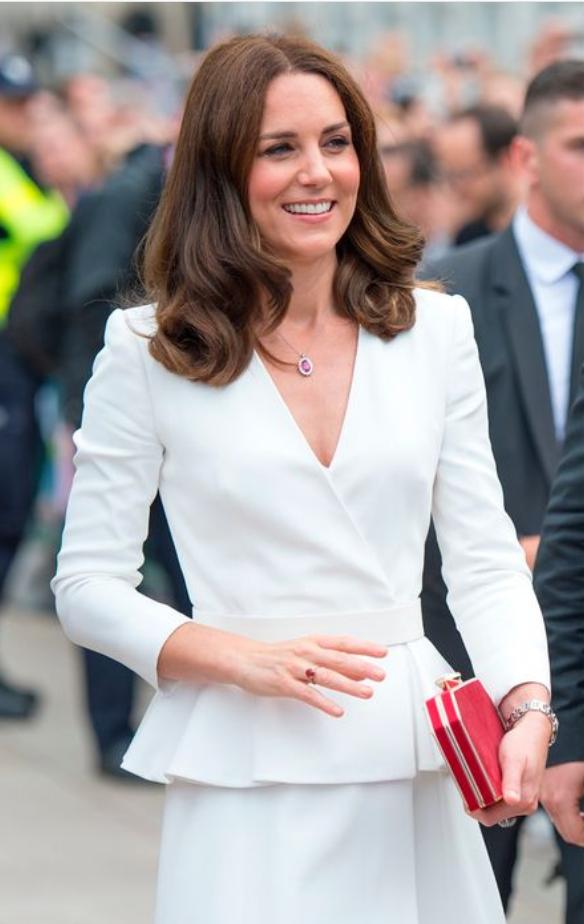 Poglej sičudovit stajling iz ZARE, ki ga je nosila Kate Middleton (popoln za v službo!) (foto: Profimedia)