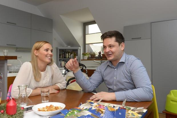 Luka Jezeršek in njegova srčna izbranka živita v prelepem mansardnem stanovanju. Takšen je pogled na njuno kuhinjo in jedilnico. TA …