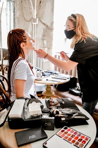 ... vizažistki Valentina (na fotki) in Tanja iz make-up studia MUD, ki sta s pomočjo ...