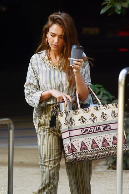 """Diorjeva kolekcija tako imenovanih """"tote"""" nakupovalnih torbic je sprožila trend, ki ga nismo pričakovali, ga pa naravnost obožujemo! Na kultni …"""