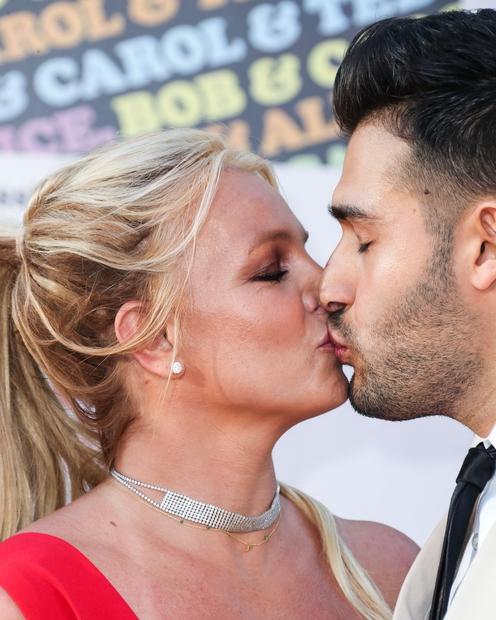👉 O-M-Britney! Nekdanja princeska popa je namreč končno dočakala svojo pravljico in se zaročila z dolgoletnim fantom Samom Asgharijem. Njuna …