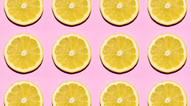Ne boš verjela, kaj lahko narediš z iztisnjeno limono 🍋 (ker je noro kul)