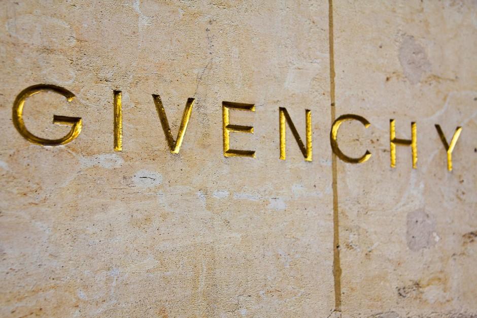 Je to MODNI KIKS desetletja? Nad tole Givenchy ogrlico se zgražajo VSI (poglej, zakaj!) (foto: Profimedia)